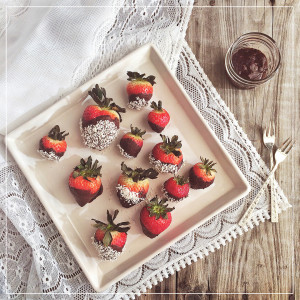 Vegan Dark Chocolate Dipped Strawberries // justinecelina